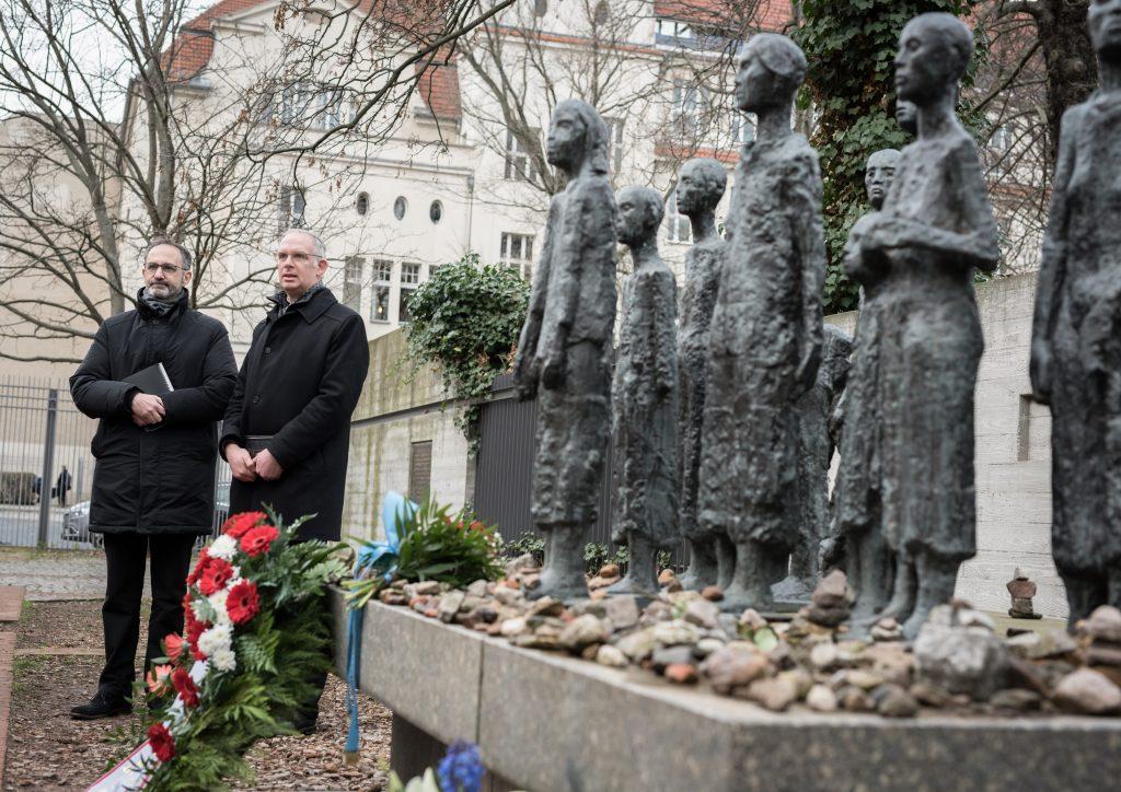 Simon Zkorenblut und Rabbiner Jonah Sievers beim stillen Gedenken